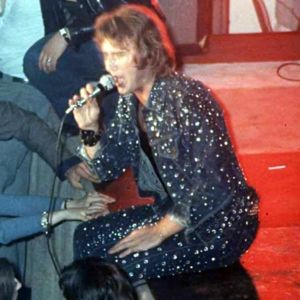 Ensemble en jean brillant et T-shirt noir